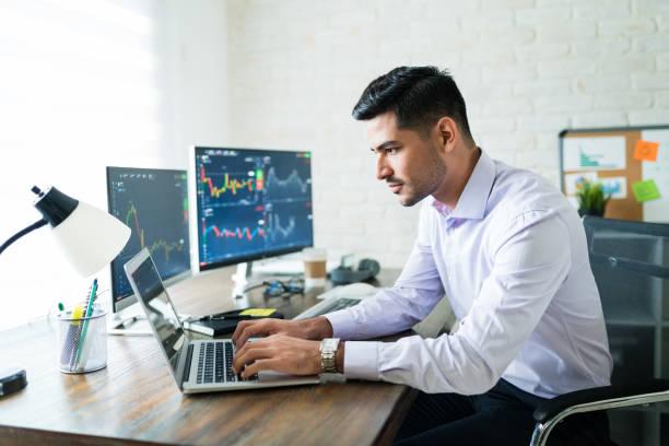 オンラインでお金を稼ぐヒスパニックファイナンスの専門家 - 投資家 ストックフォトと画像