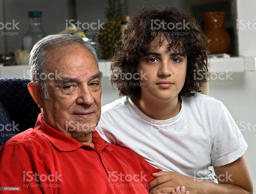 Hispanic abuelo y a su nieto - foto de stock