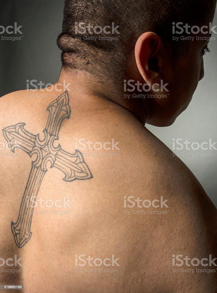 hispanic mann mit religi sen kreuz tattoo auf dem r cken stock fotografie und mehr bilder von. Black Bedroom Furniture Sets. Home Design Ideas