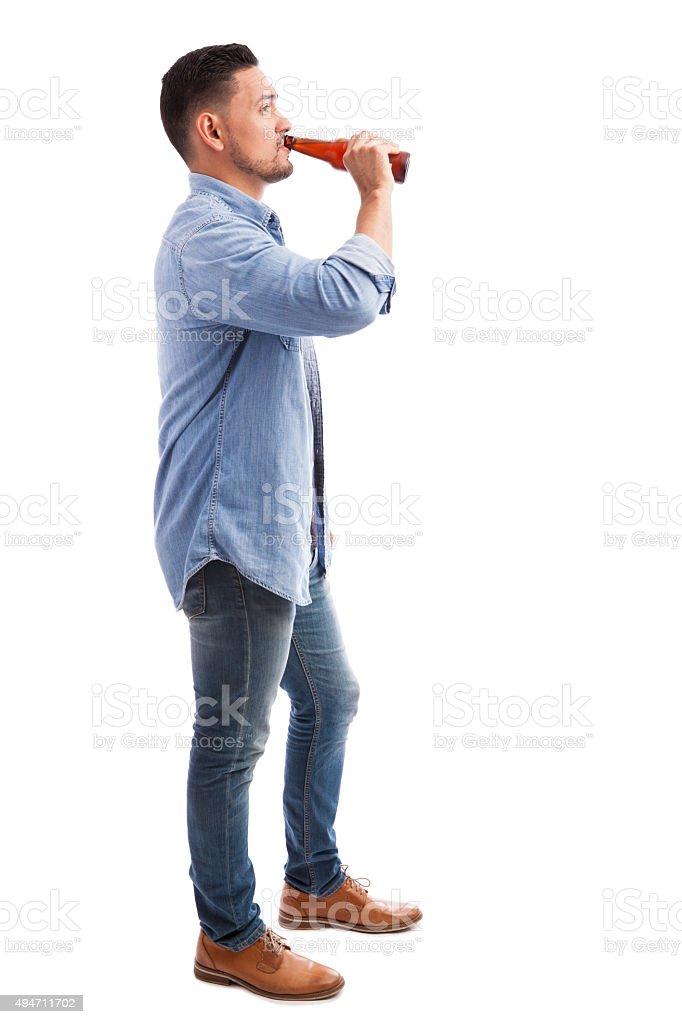Hispanic Mann trinkt Bier – Foto