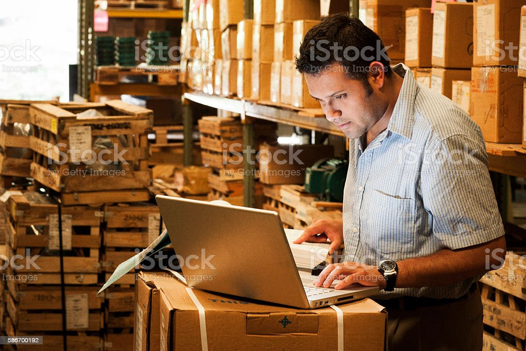 Hispanic Manager in Warehouse - foto de stock