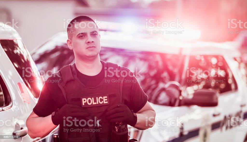 Hispana oficial de policía con chaleco antibalas - foto de stock
