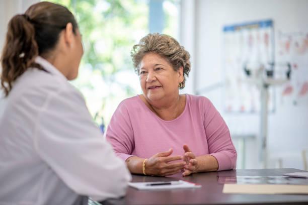 Hispanische Seniorin erwachsene Frau in arztest – Foto