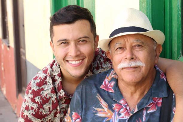 Homem sênior Latino-americano com seu filho - foto de acervo