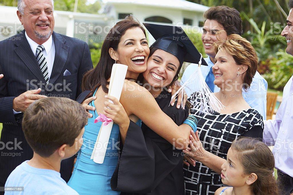 Estudiantes y familia hispana celebra graduación - foto de stock