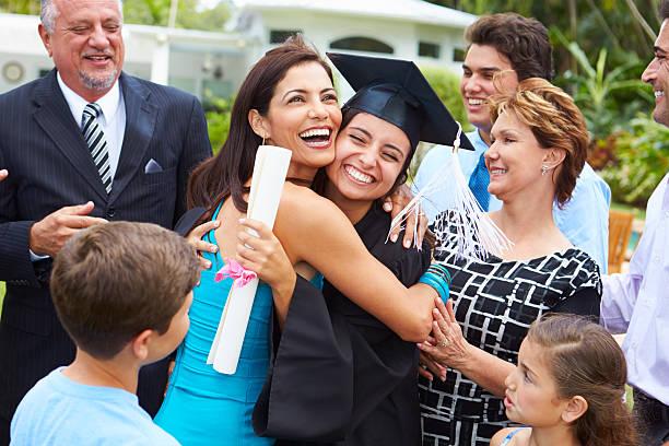 estudiantes y familia hispana celebra graduación - graduation fotografías e imágenes de stock