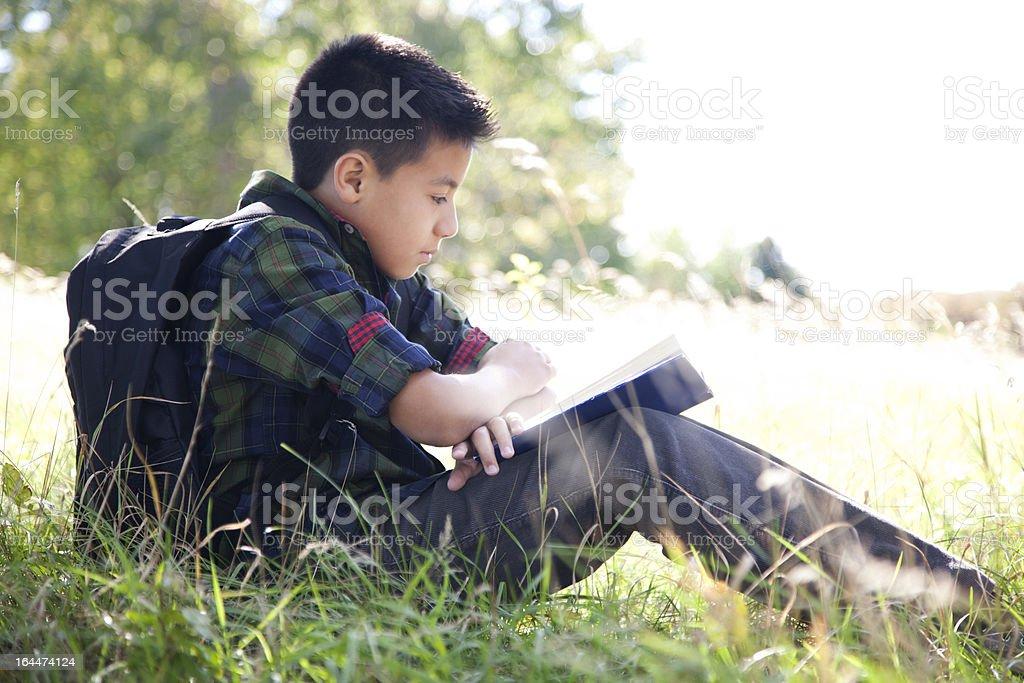 Hispanic Schüler lesen ein Buch – Foto
