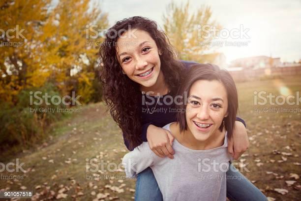 Hispanischen Mädchen Spaß Zusammen Im Freien Stockfoto und mehr Bilder von Blick in die Kamera