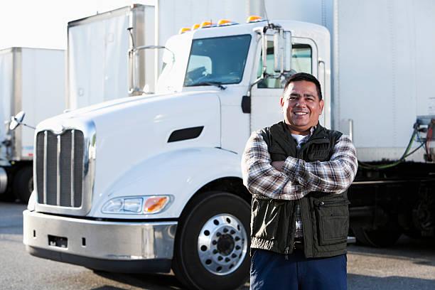 hispanic conductor de camión - conductor de autobús fotografías e imágenes de stock