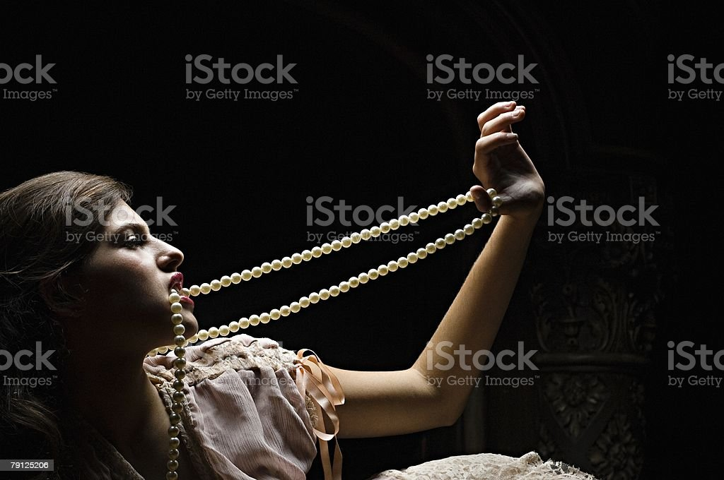 Hispanic woman with a pearl necklace royalty-free 스톡 사진