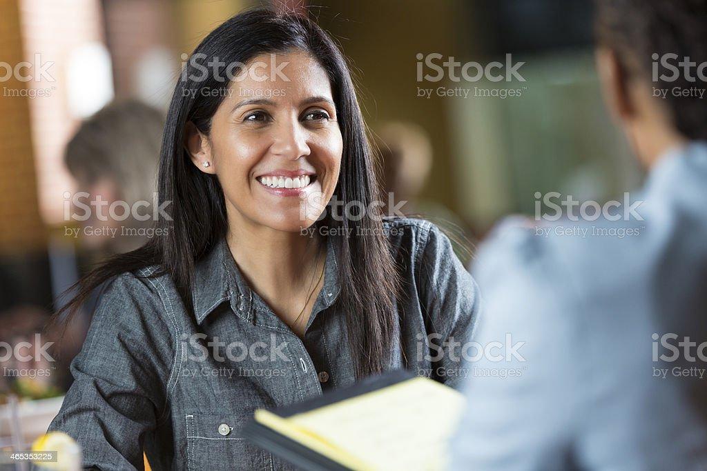 Hispanic Frau mit Ihrem Lebenslauf während der Anwendung für job interview meeting – Foto