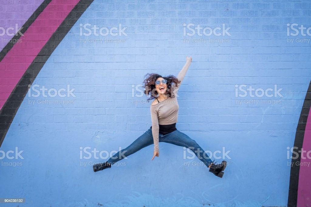 Hispanic junge Frau mit Positive Einstellung – Foto