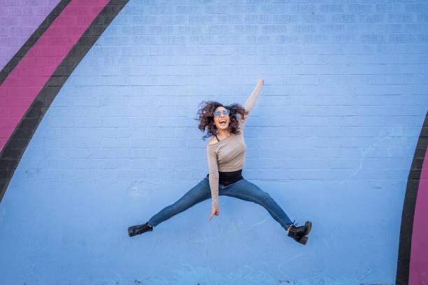 hispanique jeune femme avec une attitude positive - sauter photos et images de collection