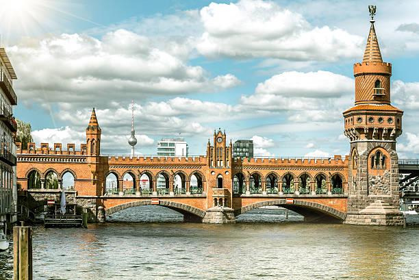 historische berlin metro-station oberhof bobsleigh track mit fernsehturm im hintergrund - oberbaumbrücke stock-fotos und bilder