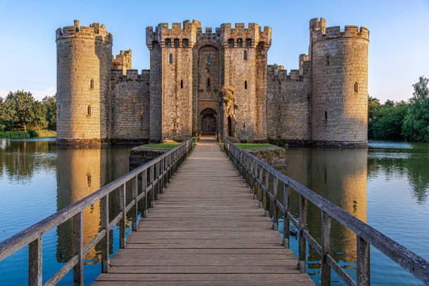 bodiam castle, east sussex, engeland-14 augustus 2016: historisch bodiam kasteel en gracht in east sussex - kasteel stockfoto's en -beelden