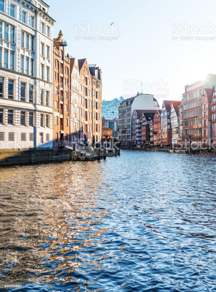 historische Gebäude auf beiden Seiten des Kanals Nikolaifleet in Hamburg, Deutschland – Foto