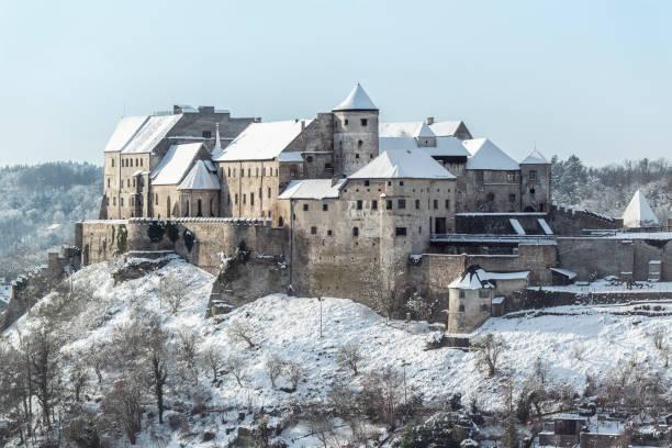 historische burg von burghausen-bayern-deutschland - burghausen stock-fotos und bilder