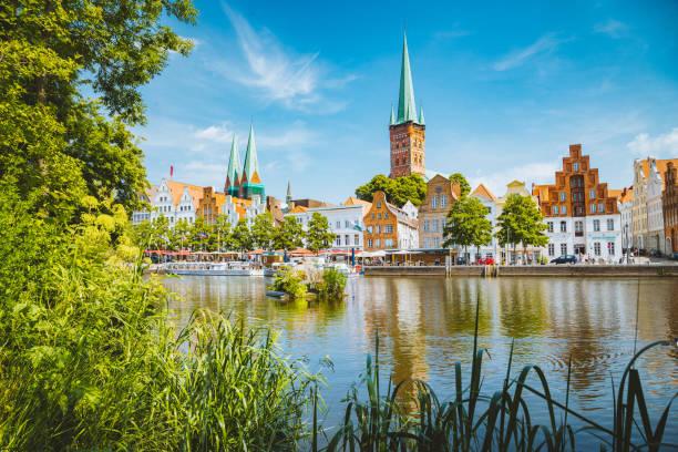 Historische Stadt Lübeck mit der Trave Fluß im Sommer, Schleswig-Holstein, Deutschland – Foto
