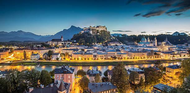 historische stadt salzburg in der dämmerung, bundesland salzburg, österreich - salzburg stock-fotos und bilder