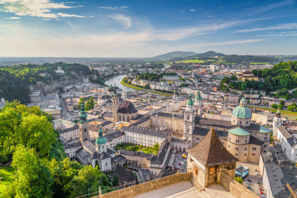 Ciudad histórica de Salzburgo al atardecer en verano, Austria - foto de stock