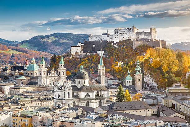 a histórica cidade de salzburgo em no outono, áustria - áustria - fotografias e filmes do acervo