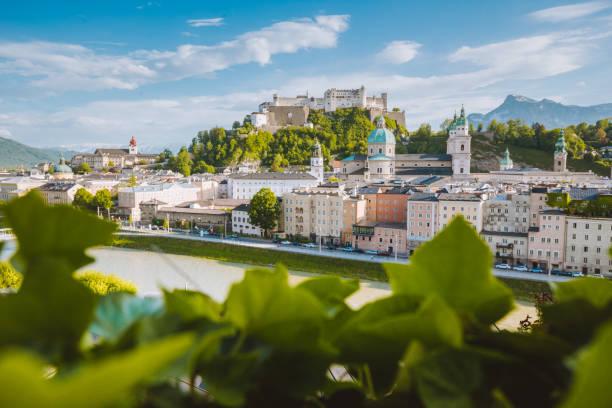 altstadt von salzburg im sommer, österreich - salzburg stock-fotos und bilder
