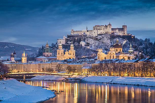 historische stadt salzburg, im winter in der dämmerung, österreich - salzburg stock-fotos und bilder