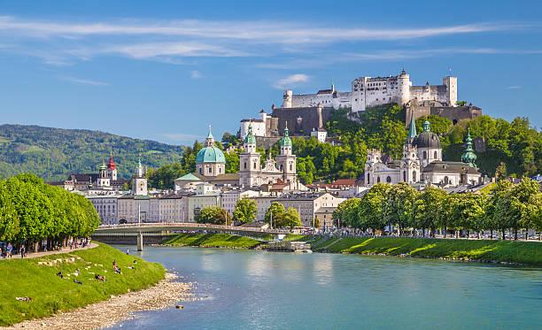 historische stadt salzburg mit fluss salzach im frühling, österreich - salzburg stock-fotos und bilder