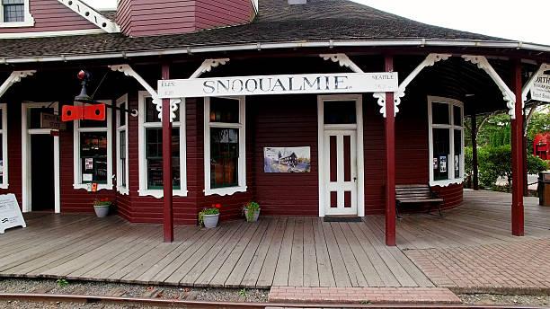historic city of snoqualmie, washington railroad depot - snoqualmie foto e immagini stock