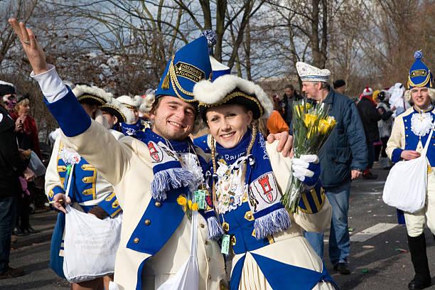 historischen kostümen der blau-weiße corps in karneval - karnevalskostüme köln stock-fotos und bilder