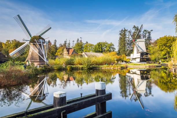 Historische Nederlandse scène met twee windmolens foto