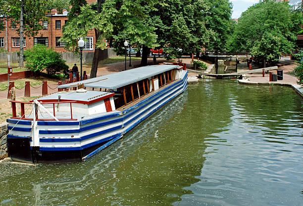 historische fracht boot im lock am kanal in washington, dc - rudermaschine stock-fotos und bilder