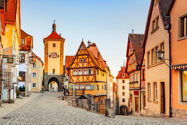 historische huizen in rothenburg ob der tauber - rothenburg stockfoto's en -beelden