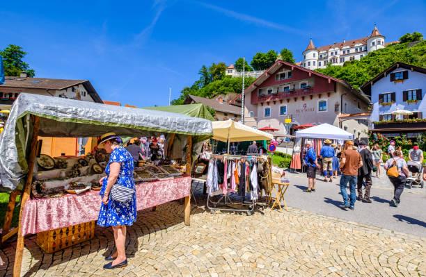 historischer markt in neubeuern-bavaria - vintage dirndl stock-fotos und bilder