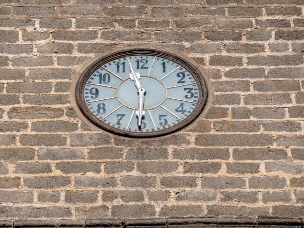 historisch middeleeuws kathedraalgebouw. concept godsdienst - klokkentoren met luidende klokken stockfoto's en -beelden