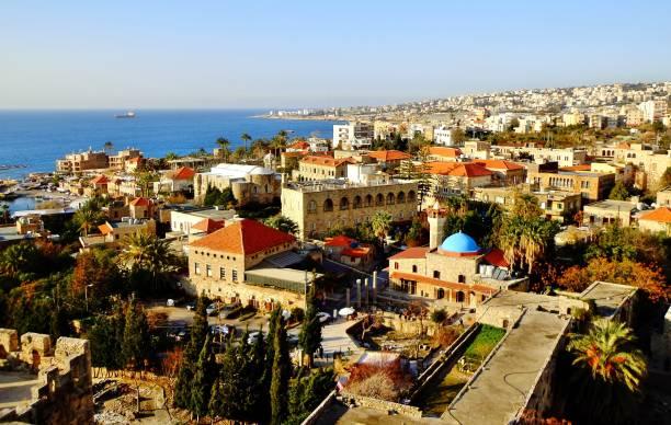 ville méditerranéenne historique au bord de la mer (liban) - liban photos et images de collection