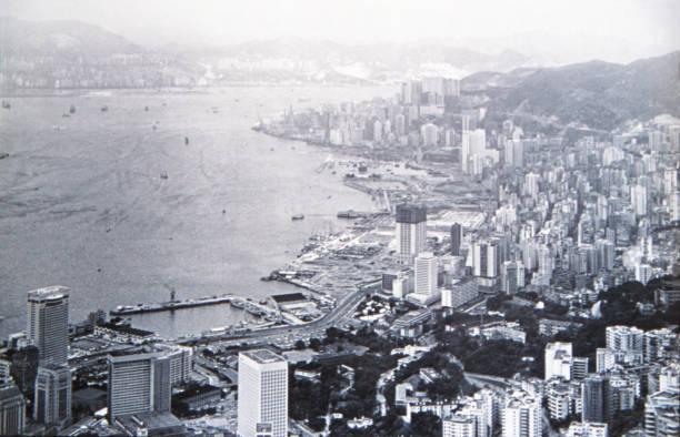 historiska foto: hong kong victoria harbor circa 1971 - foton med hongkong bildbanksfoton och bilder