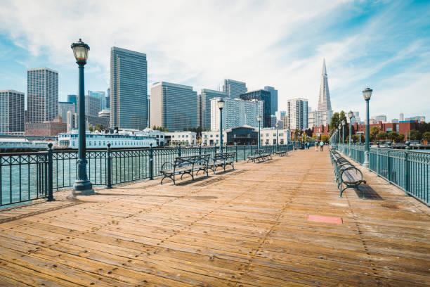 Historischer Pier 7 mit dem Finanzviertel San Francisco, Kalifornien, USA – Foto