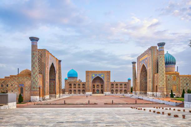 historische registan plein in samarkend, oezbekistan - oezbekistan stockfoto's en -beelden
