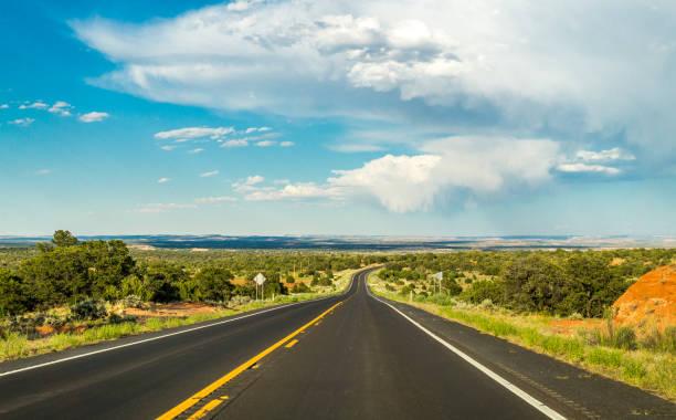 historische route 66. weg naar new mexico uit arizona - arizona highway signs stockfoto's en -beelden