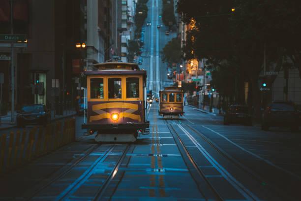 Historischen San Francisco Cable Cars in der berühmten California Street an der Dämmerung, Kalifornien, USA – Foto