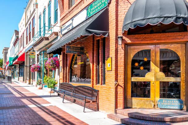 Passeio histórico da rua em Colorado na Avenida grande e no restaurante italiano - foto de acervo