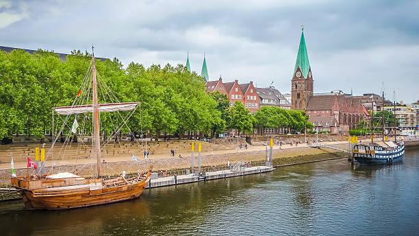 La histórica ciudad de Bremen con río Weser, Alemania - foto de stock