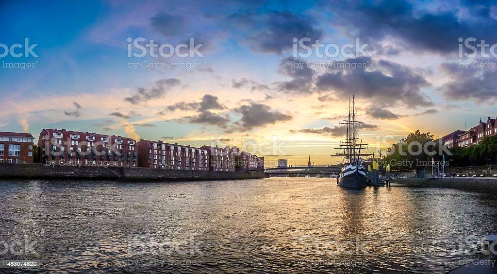 La histórica ciudad de Bremen con nubes con un espectacular del río Weser - foto de stock