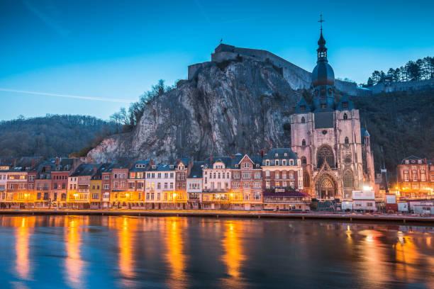 historische stad van dinant met de maas bij nacht, wallonië, belgië - maasvallei stockfoto's en -beelden