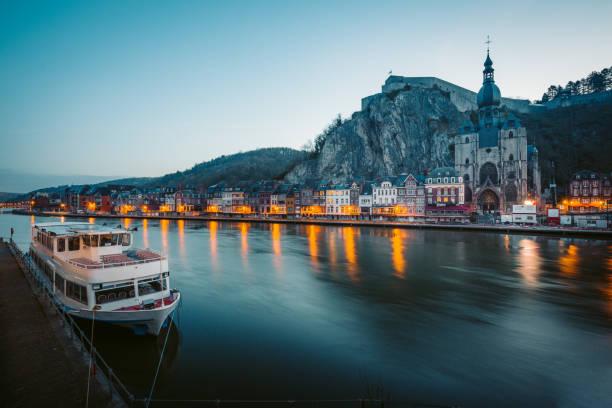 historische stad dinant met maas in de nacht, wallonië, belgië - maasvallei stockfoto's en -beelden