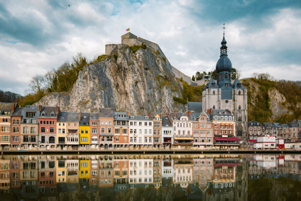 historische stad dinant met rivier maas bij zonsondergang, wallonië, belgië - maasvallei stockfoto's en -beelden