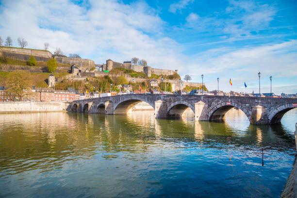 historische stad namen met oude brug en de rivier de maas, wallonië, belgië - maasvallei stockfoto's en -beelden