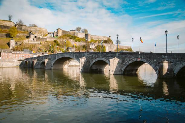 historische stad namen met oude brug en maas, wallonië, belgië - maasvallei stockfoto's en -beelden