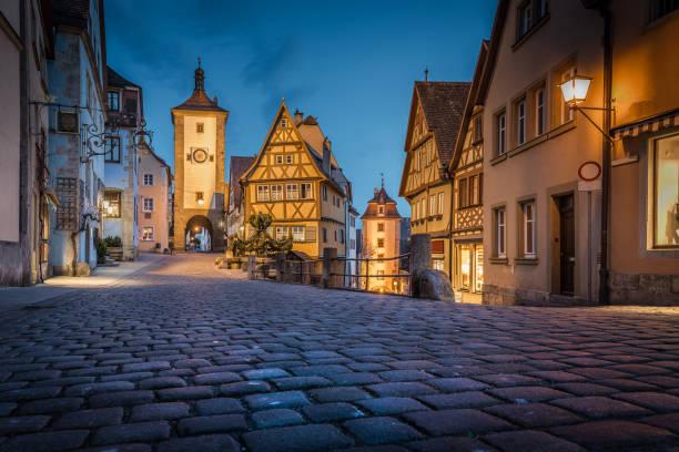 historische stad van rothenburg ob der tauber in twilight, beieren, duitsland - rothenburg stockfoto's en -beelden